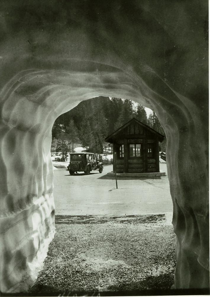 Annie Spring Entrance Station in Crater Lake NP, 1930s possibly Francis Lange photo