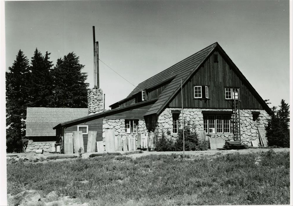 Cafeteria building in Crater Lake NP, 1930s before addition in the  50's